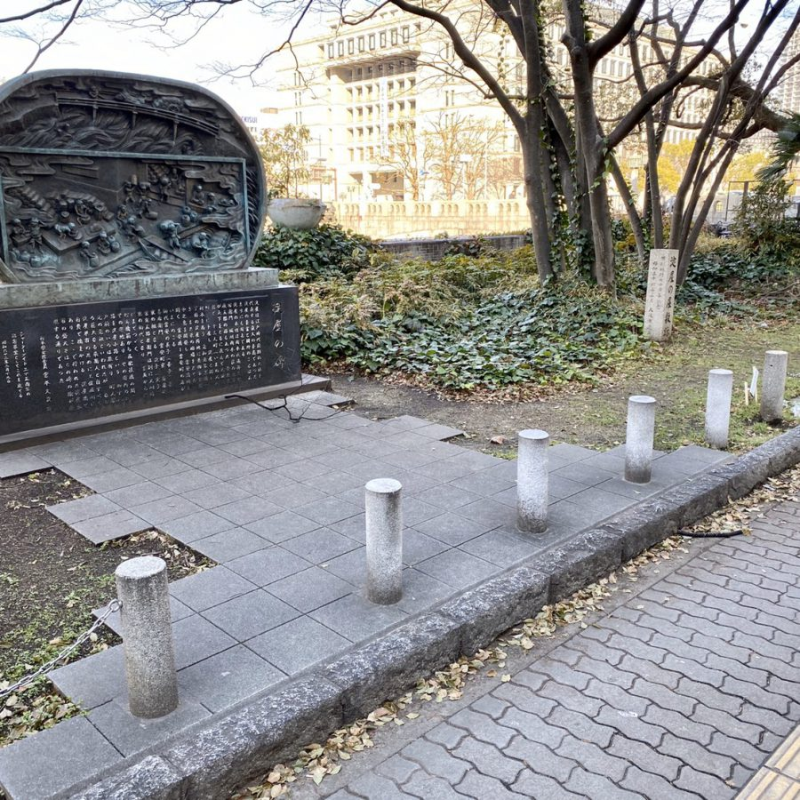 「淀屋の碑」(左)と「淀屋の屋敷跡」(右)