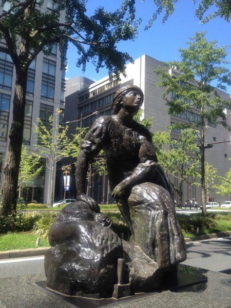 御堂筋彫刻ストリート / 休息する女流彫刻家:E-2