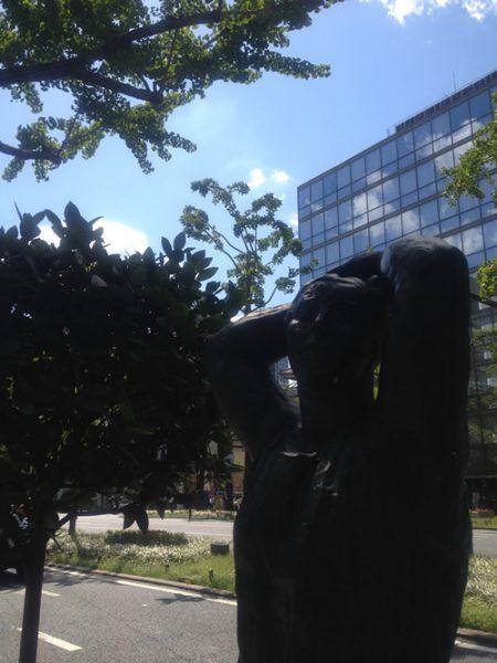 御堂筋彫刻ストリート / 腕を上げる大きな女:E-10