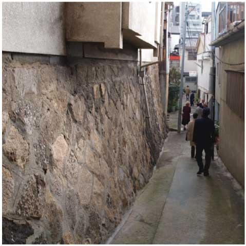 石垣のある路地(空堀)