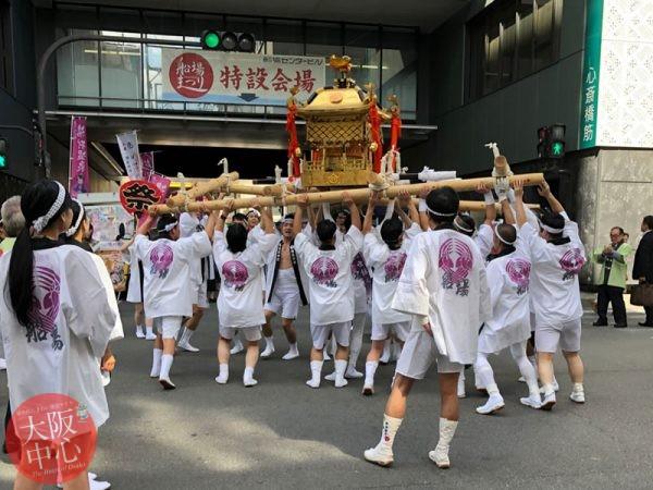神社と祭りで神輿体験